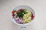 Шаг 7. В глубокую миску сложить все овощи, заправить маслом и перемешать, а зате