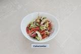 Готовое блюдо: овощной салат с молодой капустой