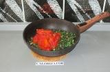 Шаг 5. Добавить к зелени томаты и тушить в течение 10 минут.
