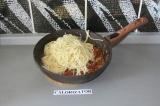 Шаг 7. Добавить предварительно  отваренные спагетти, перемешать и дать постоять