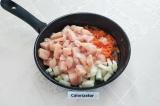 Шаг 4. В сковороду налить масло, выложить лук, морковь и куриное филе, налить
