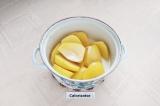 Шаг 4. С картофеля слить воду, оставить только 100 мл и добавить теплые сливки.