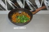 Шаг 5. Лук, морковь обжарить в течение 3 минут на сковороде. Добавить грибы