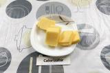 Шаг 2. Сыр нарезать пластинами.