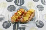 Шаг 3. Сделать надрезы в куриной грудке, посолить, приправить и выложить помидор