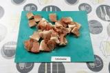 Шаг 1. Нарезать мясо кубиками, в два раза меньше по размеру, чем для шашлыка на
