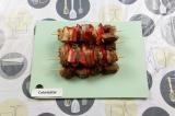 Шаг 5. Нанизать на деревянные шпажки мясо и перец.
