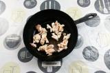 Шаг 5. На холодную сковороду выложить сало и вытапливать на сильном огне.