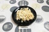 Шаг 1. Куриное филе нарезать мелко.