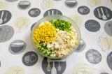 Шаг 6. Смешать все ингредиенты в салатнике, подсолить и добавить сметану.
