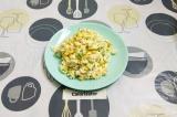 Готовое блюдо: салат с курицей и кукурузой