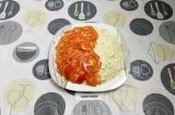 Шаг 9. Верхним слоем выложить помидоры. Убрать салат в холодильник на пару часов