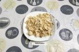 Шаг 1. Мелко нарезать курицу или разобрать филе на волокна.