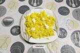 Шаг 5. На плоской тарелке сформировать основу из натертого картофеля. Смазать