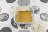 Шаг 5. Выложить массу в контейнер, застеленный пищевой пленкой, разровнять