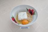 Шаг 2. В миску сложить творог, банан и яйцо, размешать до однородности.