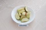 Шаг 3. Яблоки помыть и нарезать средними дольками.
