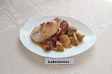 Готовое блюдо: курица с яблоками в духовке