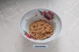 Шаг 3. Замесить густое тесто и поставить на 10 минут в холодильник.