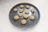 Шаг 5. Готовое печенье достать из духовки и оставить в форме до остывания.