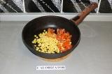 Шаг 2. Кукурузу и перец пассеровать на сковороде в течение 7 минут.