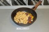 Шаг 3. Добавить фасоль и киноа к овощам и обжарить в течение пары минут.