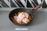 Шаг 4. Фарш обжарить с луком и морковью.
