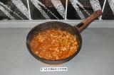 Шаг 8. Добавить томатную воду в фарш и тушить в течение 10 минут.