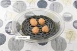 Шаг 5. Сформировать шарики и выложить их в форму пароварки.