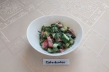 Готовое блюдо: овощной салат со сметаной и зеленью