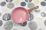 Шаг 1. Сливочное масло растопить на сковороде.
