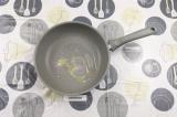 Шаг 3. На сковороде нагреть подсолнечное масло с чесноком.