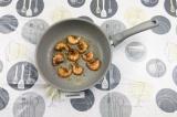 Шаг 4. Добавить креветки и жарить с двух сторон по полминуты.