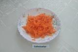 Шаг 1. Морковь помыть, почистить и натереть на крупной тёрке.