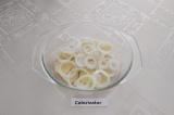 Шаг 7. В форму для запекания выложить слой картошки, затем слой лука.