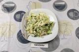 Готовое блюдо: сытный салат с яичной лапшой