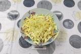 Шаг 8. Смешать все ингредиенты в салатнике, подсолить и заправить сметаной.