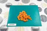 Шаг 2. Морковь нарезать произвольно.
