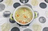 Шаг 7. В кипящий бульон выложить лук и морковь. Варить 20 минут.