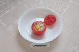 Шаг 6. В помидор положить начинку, разбить перепелиное яйцо, накрыть крышечкой