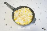 Шаг 8. Положить в сковороду болгарский перец и обжарить до мягкости. Добавить