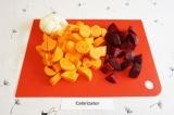 Шаг 1. Очистить свеклу, лук, морковь и нарезать крупными кусочками.