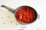 Шаг 3. На разогретую сковороду налить растительное масло и тушить овощи на слабо