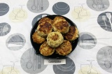 Готовое блюдо: сочные диетические котлеты из индейки с капустой