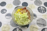 Шаг 5. Добавить к фаршу капусту, яйцо, соль и перец.