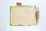 Шаг 8. Раскатать тесто в прямоугольный пласт толщиной 0.5-1 см.