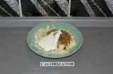 Шаг 4. Смешать  натертый сыр, сметану, соевый соус и специи.