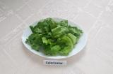 Шаг 5. Подготовить тарелку, в которой подавать салат. Салатные листья помыть и о