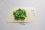 Шаг 2. Листья салата промыть. Обсушить и нарезать тонкими полосками.