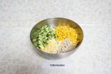 Шаг 4. Смешать все ингредиенты в салатнике, добавить майонез, посолить и перемеш